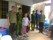 10 phần quà được trao cho gia đình chính sách phường Tân Phú.