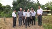 Chủ tịch UBND thị xã Đồng Xoài Lê Trường Sơn kiểm tra thực tế  công tác giải toả hành lang suối Đồng Tiền của phường Tân Đồng.